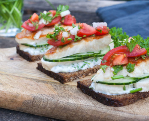 Smørrebrød with chicken breast, tomatoes and herb mayonnaise