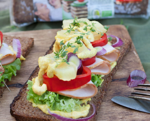 Smørrebrød with smoked pork, pineapple and curry remoulade sauce